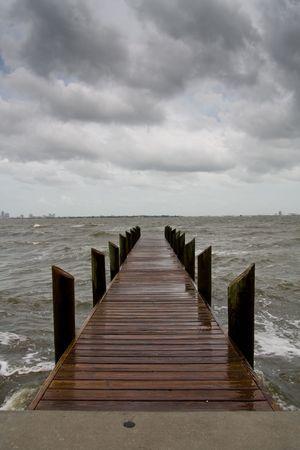 垂直迫り来る暗い雲と嵐の午後上で木製の桟橋のイメージの向き 写真素材