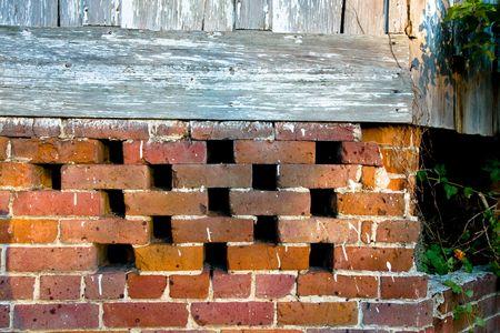 Brick Stichting Oude Huis met ventilatie gaten Stockfoto