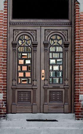レンガの壁の窓と華やかなアンティークの扉