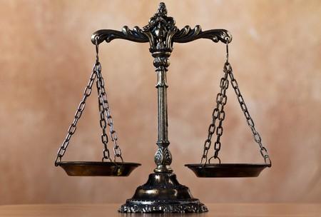 jurado: Una foto de la balanza de la justicia con una superposici�n de tema de equilibrio