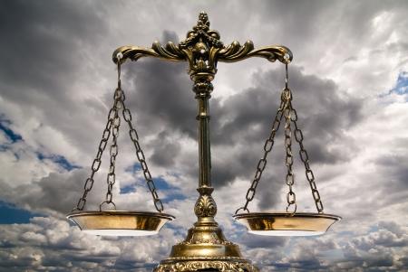 giustizia: Una foto della bilancia della giustizia, con una sovrapposizione di tema di equilibrio Archivio Fotografico