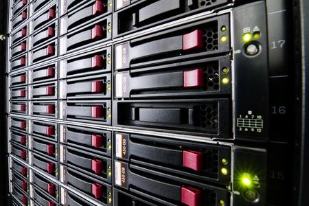Fila de unidades de disco duro montado en un rack en un centro de datos