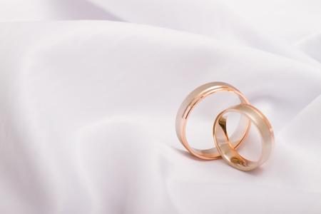 Los anillos de boda sobre un fondo blanco