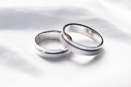 wedding  ring: Dos anillos de bodas en un fondo una tela