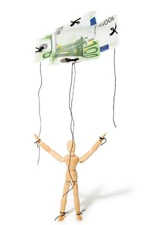 marioneta de madera: concepto, una marioneta controlada por el dinero, dándole la libertad Foto de archivo