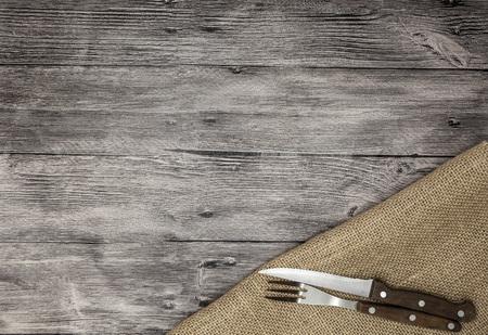 speisekarte: Schöne hölzerne Hintergrund mit Serviette Messer und Gabel. Feine Hintergrund für das Menü von Restaurants und Cafés.