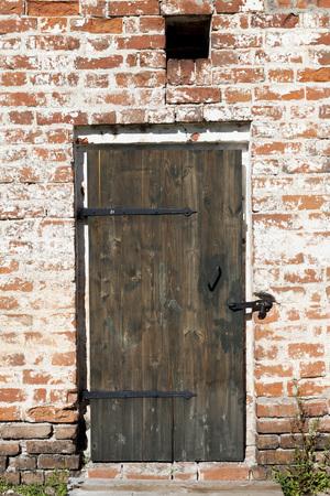 Vieille porte dans les murs en pierre des maisons de village. Excellente fond
