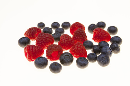 vitamine: Fresh blueberries, raspberries, closeup on white background. Background for confectionery, cafe fresh berries for pastry