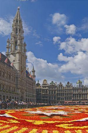 ブリュッセル グランプラスで花のカーペットの上を表示します。