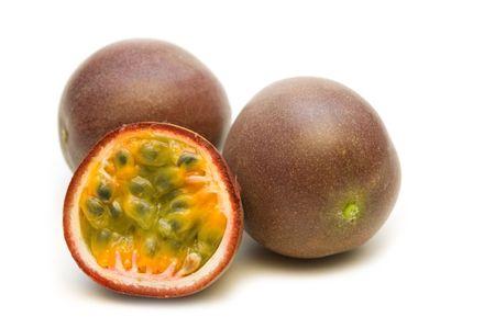 pasion: passionfruits fresco en fondo blanco  Foto de archivo