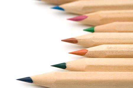 白い背景の上の自然のカラフルな鉛筆