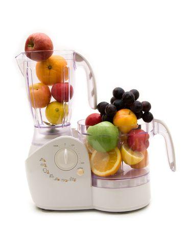 キッチン マシンと白い背景の上の果物