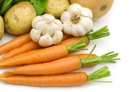白い背景の上に新鮮な野菜