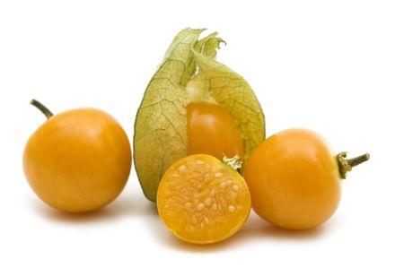 physalis: uchuva fresca rebanada sobre fondo blanco