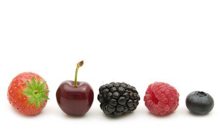 白い背景の上に新鮮な果実