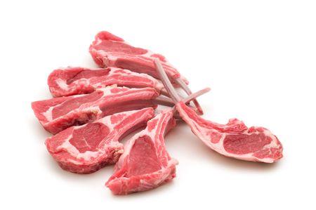 白い背景の上生ラム肉