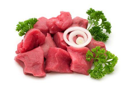 白い背景の上の牛肉をカットします。