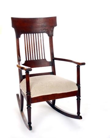 sedia vuota: Una sedia a dondolo d'epoca isolato su bianco