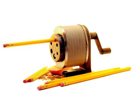 Een handleiding crank puntenslijper slijpen nieuwe potloden Een paar krullen en een nieuwe gum nabijgelegen Geïsoleerd op wit