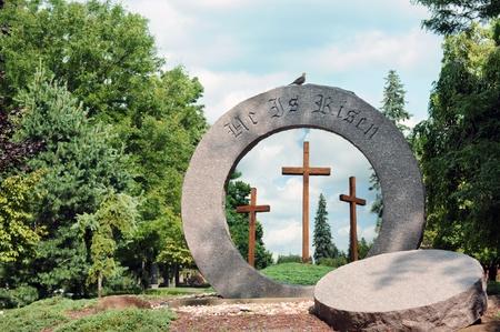 easter tree: Hij is opgestaan gegraveerd op een ronde steen met het centrum verwijderd Drie kruizen zichtbaar door het gat in de rots