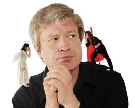 perplexing: Un hombre de mediana edad contemplando una decisi�n, mientras que una hija de �ngel susurra en un o�do, y una hija susurra al diablo en el otro Foto de archivo