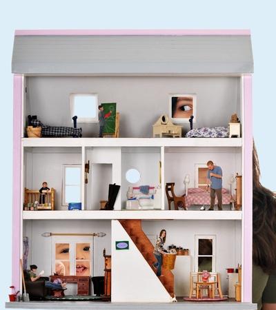 puppenhaus: Zwei Kinder sp�hen in den Fenstern ein Puppenhaus, wo eine f�nfk�pfige Familie arbeitet und spielt
