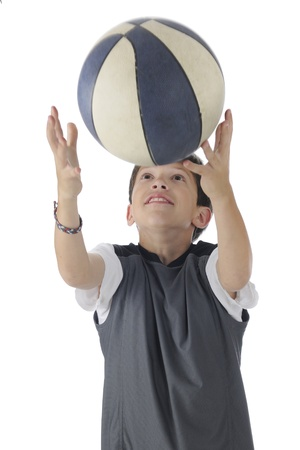 gevangen: Een knappe Tween het bereiken van overhead om een terugkerende basektball motion blur op bal te vangen op een witte achtergrond Stockfoto