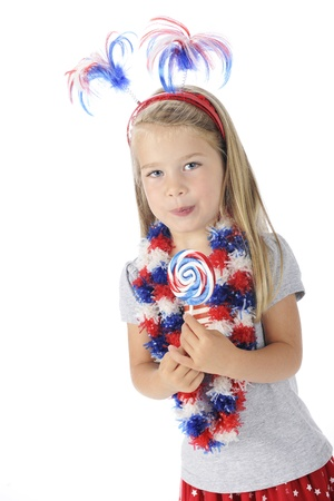 leis: Un adorabile bambino in et� prescolare con accessori colorati e degli Stati Uniti gode di una rosso, bianco e blu lecca-lecca Su uno sfondo bianco Archivio Fotografico