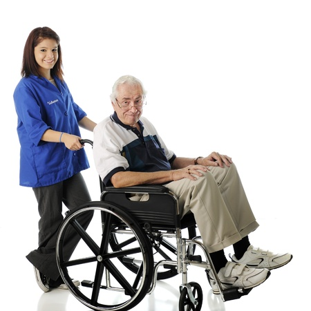흰색 배경에 그의 휠체어에 노인을 밀어 꽤 젊은 자원 봉사자