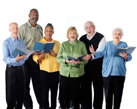 personas cantando: Seis felizmente cantando adultos mayores sobre un fondo blanco Foto de archivo