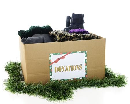 ropa de invierno: Una gran caja de cartón ondulado con un signo de Donación de fiesta. Foto de archivo