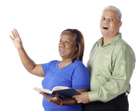 hymnal: Un alto canto African American loda insieme da un innario. Su uno sfondo bianco.