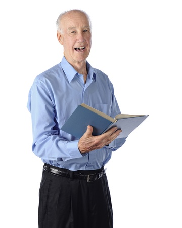 hymnal: Un uomo anziano felicemente cantando da un innario Su uno sfondo bianco