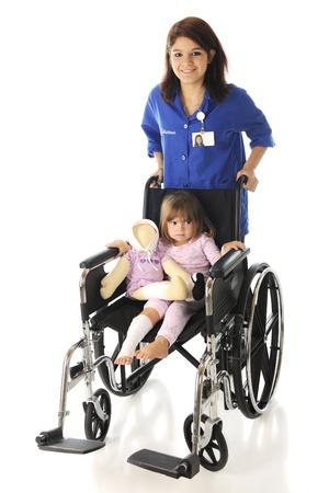 흰색 배경에 큰 휠체어에 슬프고 부상 미취학 아동을 밀어 행복 한 청소년 자원 봉사 스톡 콘텐츠