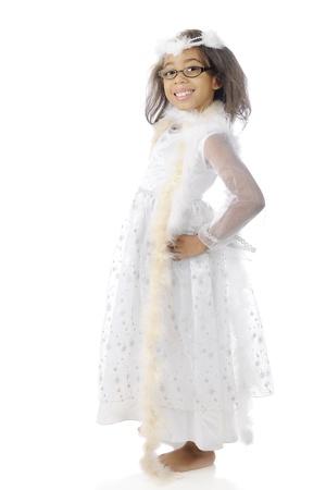boas: Una bella ragazza elementare felice mostrando il suo abito bianco e boa. Su uno sfondo bianco. Archivio Fotografico