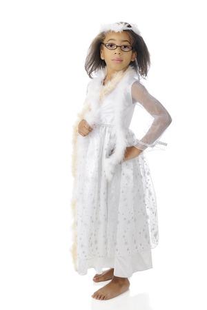 boas: Un giovane afro-americano girll in piedi a piedi nudi in un bel vestito bianco e boa. Su uno sfondo bianco. Archivio Fotografico