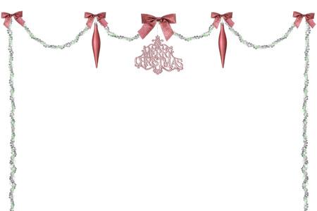 swag: Un verde y silever cord�n bot�n rematado con arcos de color rojo brillante, l�grimas y un ornamento de la Feliz Navidad. Sobre un fondo blanco con un mont�n de espacio para su imagen o texto. Foto de archivo