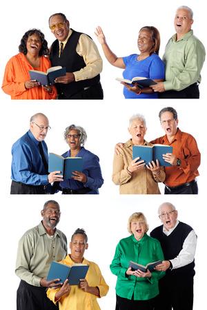 hymnal: Sei singole coppie di anziani tutti a cantare da canzonieri Ognuna uno sfondo bianco