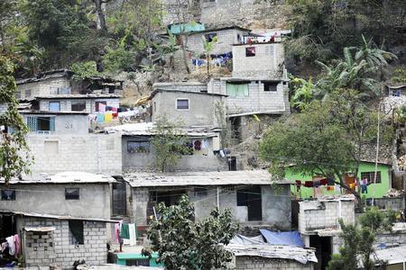 住宅はポルトープランス, ハイチの丘の中腹に積み重なっています。