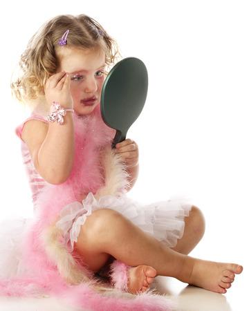 boas: Una bella bambina in una sottoveste e boa di applicare la sua mamma