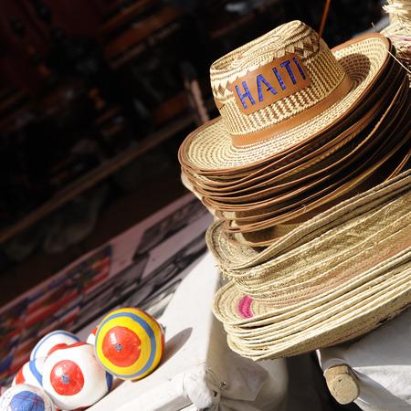 port au prince: Sombreros de paja de Hait� y maracas en venta en Port Au Prince.
