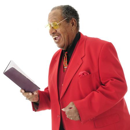 hymnal: Close-up immagine di un anziano African American cantante vestito-up da un innario. Su uno sfondo bianco.