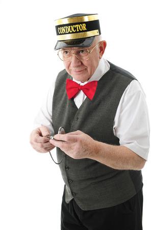 tren: Un conductor adulto mayor celebraci�n de su reloj de bolsillo y mirando complacido de que el tren est� llegando justo a tiempo. Sobre un fondo blanco. Foto de archivo