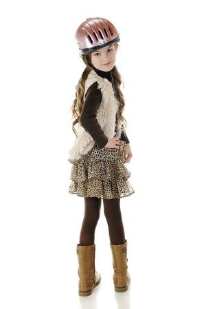 riding helmet: Una hermosa joven caballo-jinete de pie en su casco de montar y botas, mirando hacia atr�s sobre su hombro. Sobre un fondo blanco. Foto de archivo