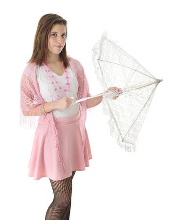 faldas: Un bonito en rosa muchacha adolescente abrir una sombrilla de encaje blanco. Sobre un fondo blanco. Foto de archivo