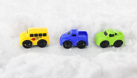 toy voertuigen die langs een pass door diepe sneeuw.