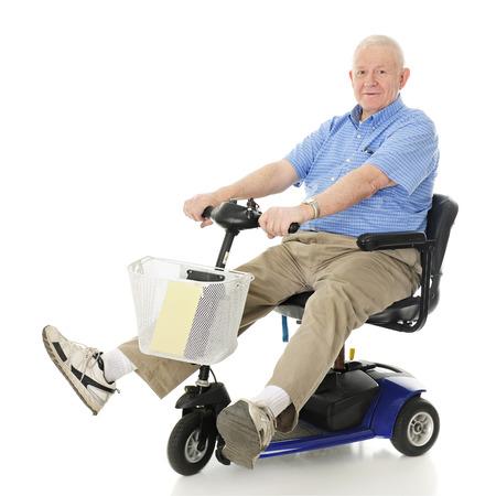Ein älterer Mann entzückt fährt mit seinem Elektroroller. Bewegungsunschärfe auf Rädern. Auf einem weißen Hintergrund.