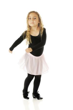 turnanzug: Eine nette Kindergärtnerin Stepptanz mit einem Twist und einem Wasserhahn. Auf einem weißen Hintergrund.