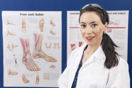 彼女は彼女の教育のチャートの前に立つと、ビューアーを見て喜んで魅力的な医。