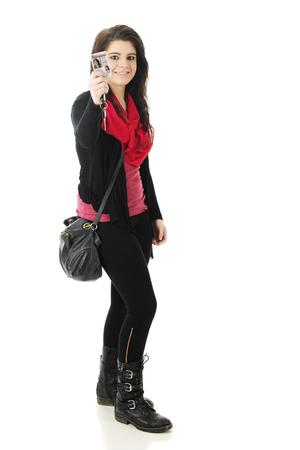 Full-length beeld van een mooie tiener graag pronken licentie haar zojuist ontvangen bestuurder. Op een witte achtergrond. Stockfoto